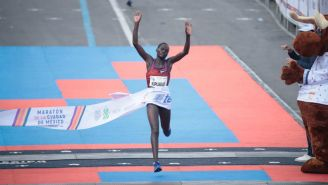 Vivian Kiplagat, ganadora de la rama femenil, cruza la meta