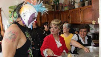 Psycho Clown y Marisela Peña con la gente de la fundación