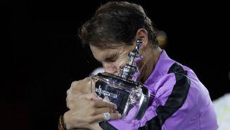 Rafael Nadal abraza su título de Grand Slam