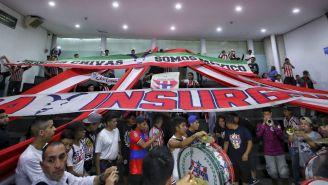 Aficionados de Chivas esperan al equipo en su última visita a la Ciudad de México