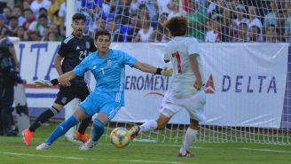 Sebastián Jurado trata de tapar un remate en el partido de México Sub 22 contra Japón