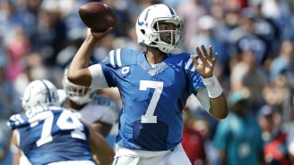Jacoby Brissett se prepara para lanzar un pase ante Colts