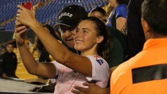 Un aficionado de Tigres coloca su mano en un seno de Sofía Huerta