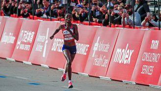 La keniana Brigid Kosgei corre durante el maratón de Chicago