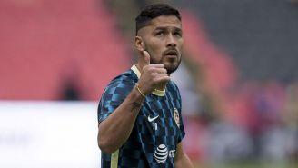 Bruno Valdez saluda previo a un juego con el América