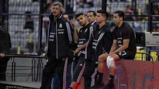 Jorge Sánchez con hielo en la rodilla previo al partido vs Panamá