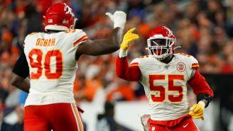 Jugadores de los Chiefs festejan una jugada contra los Broncos