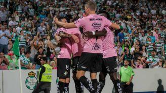 Jugadores de Santos festejan una de las anotaciones contra Xolos