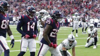 Jugadores de Houston celebran una acción contra Raiders