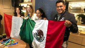 Paulina posa con sus familiares y las banderas de sus dos nacionalidades
