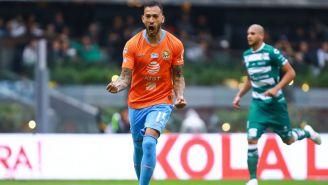Emanuel Aguilera celebrando una anotación ante Santos