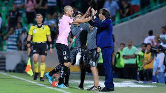 Almada festeja un gol junto a Doria