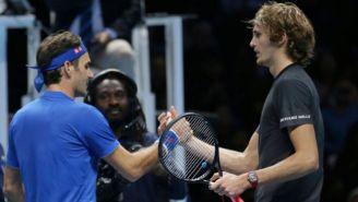 Federer y Zverev se saludan tras un juego
