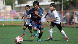 Jugador conduce la redonda en el Torneo de Futbol Inter-Alcaldías