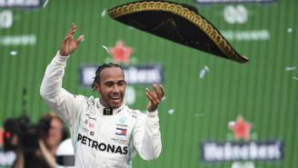 Lewis Hamilton arroja un sombrero al final del GP México