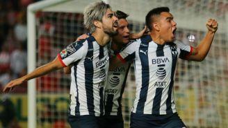 Jugadores de Rayados festejan un gol al Necaxa
