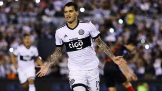 Willy Mendieta festeja un gol con el Olimpia
