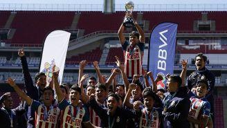 Jugadores de Chivas Sub 17 levantan el trofeo del Apertura 2019