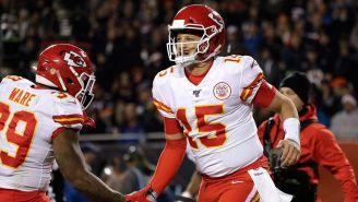 Patrick Mahomes festeja un touchdown con Spencer Ware
