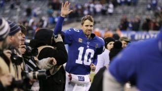 Eli Manning se despide de la tribuna al final de un juego de Giants