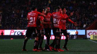 Jugadores de Xolos celebrando un gol