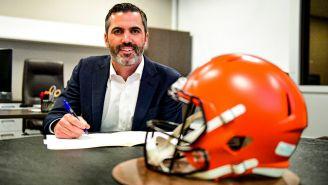 Kevin Stefanski firmando su contrato con los Browns
