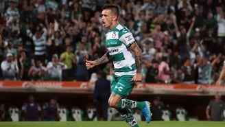 Brian Lozano festeja un gol con Santos