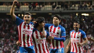 Vega, Macías, López y Ponce celebran un tanto de Chivas