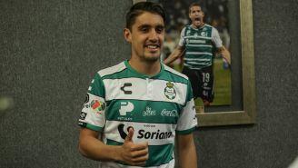 Van Rankin posa con la camiseta de Santos