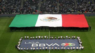Liga MX: La bandera se despliega en un partido