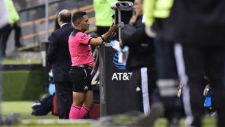 Árbitros revisando el VAR en la Liga MX