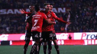 Mauro Lainez festeja un gol con Xolos