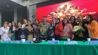 Óscar de la Hoya junto a varias figuras del box femenil