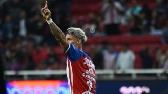 Chicote Calderón festeja su primer gol con Chivas