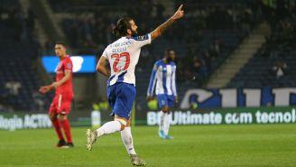 Sergio Oliveira celebrando el gol de la victoria para Porto