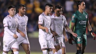Jugadores de Chivas tras caer en la Jornada 5