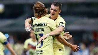 Federico Viñas celebrando un gol junto a Sebastián Córdova