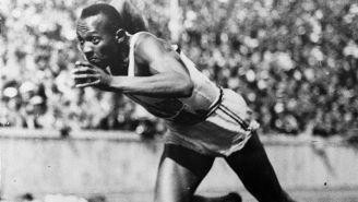 Owens corre en los Juegos Olímpicos de Berlín 1936
