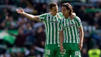 Andrés Guardado y Diego Lainez durante un duelo con Betis