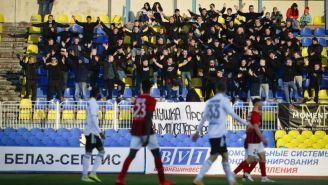 Aficionados alientan a su equipo durante un partido