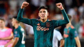 Edson Álvarez festeja en un juego con el Ajax