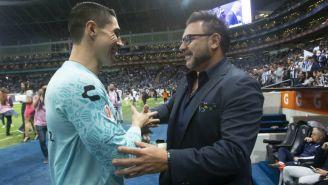 Hugo González y Antonio Mohamed en saludo