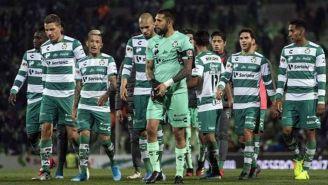 Jugadores de Santos en el partido contra Pumas
