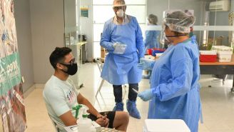 Ismael Sosa realizando la prueba de Covid-19
