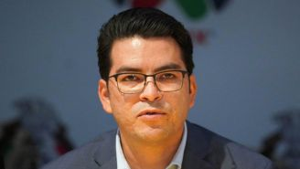 Álvaro Ortíz en una conferencia de prensa