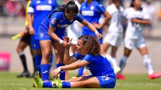 Jugadoras de Cruz Azul, durante un juego contra Pumas