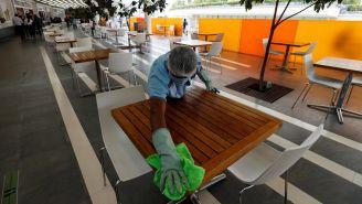 Personas de mantenimiento hace limpieza en plazas de CDMX