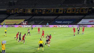 Manta de la Rebel en la tribuna durante el Pumas vs Toluca
