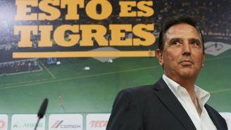 Miguel Ángel Garza en un evento con Tigres