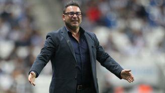 Turco Mohamed dirigiendo un partido